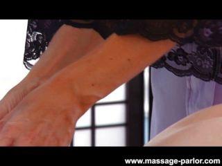 Kira Sinn Gets A Labia Massage From India