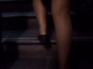 Piernitas En Falda Subiendo Las Escaleras