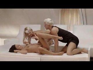 Lesbianas calientes invitan hombre en trio - 1 1