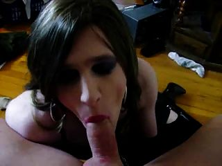 Amatuer Shemale Gives Sexy Blowjob