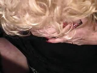 Lady Plays With Her Cunt