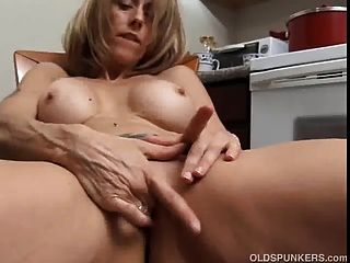 Horny Mature Babe With Big Nipples Rubs Her Juicy Cunt For