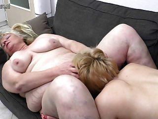 Amateur discuss threesome