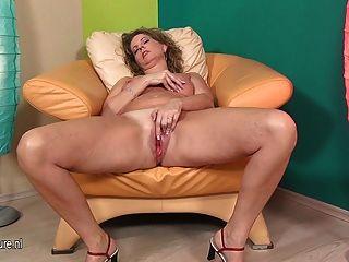 Sexy Mature Mom Fisting Her Big Vagina