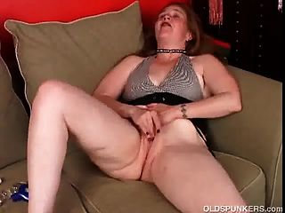 Sexy Older Babe Lies Back And Frigs Her Juicy Pussy Until