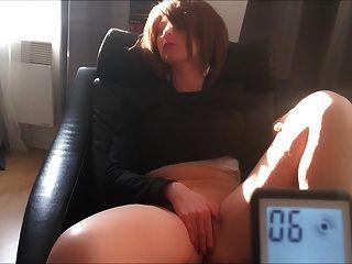Courte masturbation debout aux seins libres et lourds - 2 2