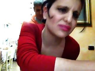 ragazza giovane italiana fa pompino ad amante