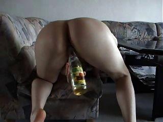 Junge deutsche Amateur Maus fickt sich mit Sekt Flasche