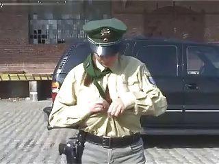 Polizistin Holt Ihre Dicken Titten Raus!