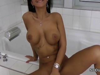 fotos of nude young girls in shower