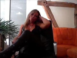 Blonde Leder Domina Will, Dass Du Ihr Sklave Bist