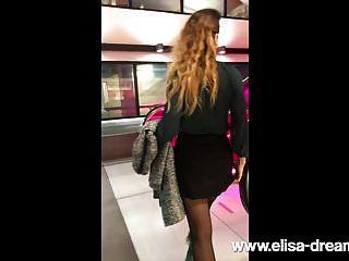 frau flashing pussy in public bar