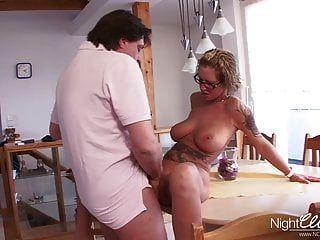 Deutsche Hausfrau mit dicken titten fickt jungen Mann in der dusche