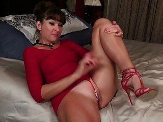 Hot American Milf Belinda Brush Playing With Herself
